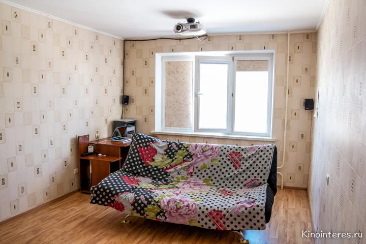 Общий вид комнаты с домашним кинотеатром